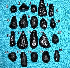 Généralement trouvée à proximité des mines d'étain, la billitonite (ou satam dans le dialecte malais local), roche météoritique, est utilisée comme talisman ((c) www.bezoarmustikapearls.com).